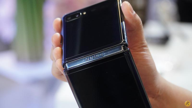 Điện thoại Samsung Galaxy Z Flip | Thiết kế gọn nhẹ