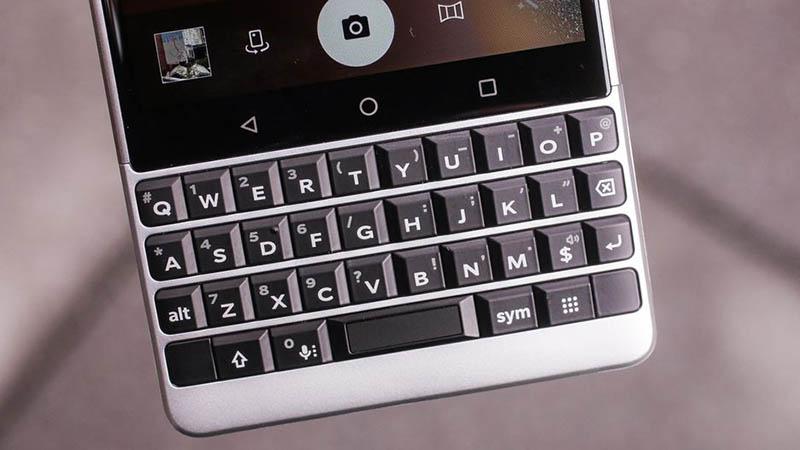 Bàn phím trên BlackBerry KEY2 cao hơn 20% giúp người dùng dễ bấm hơn so với chiếc KeyOne