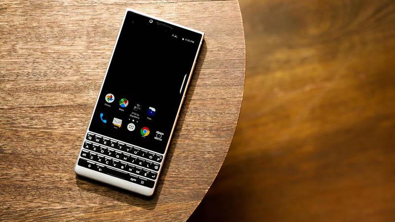 Bàn phím của BlackBerry KEY2 cũng hỗ trợ cảm ứng tương tự như phần màn hình