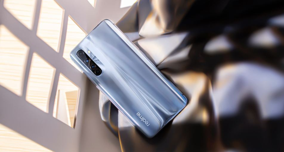 Điện thoại Realme X50 Pro Player Version măt lưng nổi bật với vân sáng chữ X ấn tượng