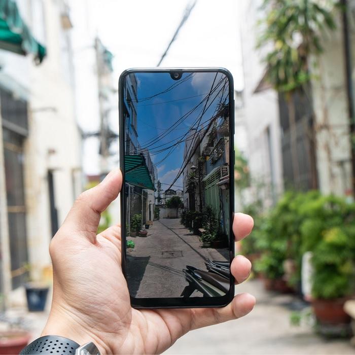 Nên chọn điện thoại có khả năng hiển thị dưới ánh nắng mặt trời tốt
