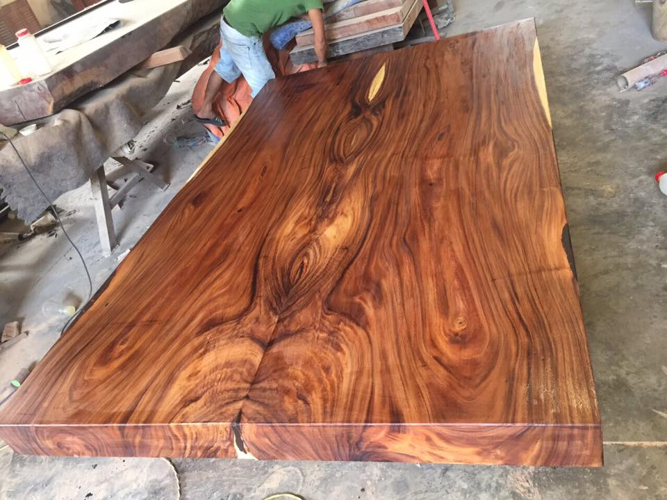 Sập gỗ làm từ gỗ Me Tây có ưu điểm giúp cân bằng không gian ngôi nhà