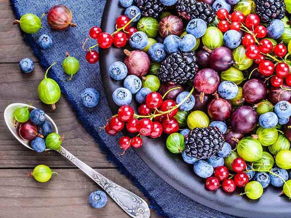 thực phẩm ngăn ngừa mụn là quả mọng
