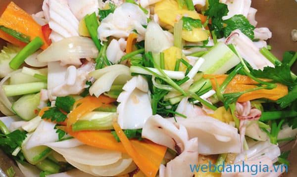 Mực xào cần tây là món nhậu đơn giản được nhiều người yêu thích