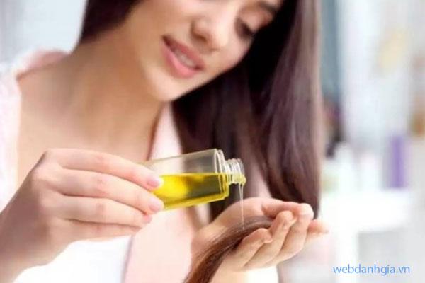 Sử dụng tinh dầu dưỡng tóc từ dầu thầu dầu nguyên chất