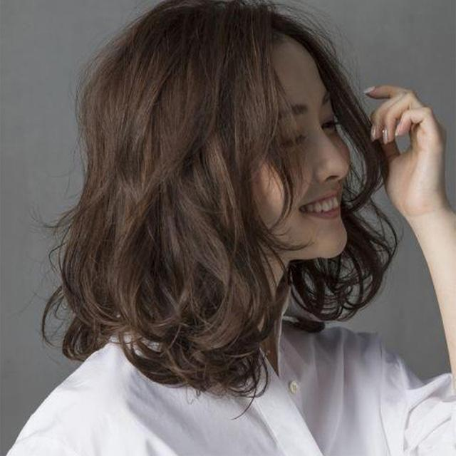 Xoắn tóc để tạo thành tóc uốn gợn sóng ngang vai cho tạo hình nhẹ nhàng