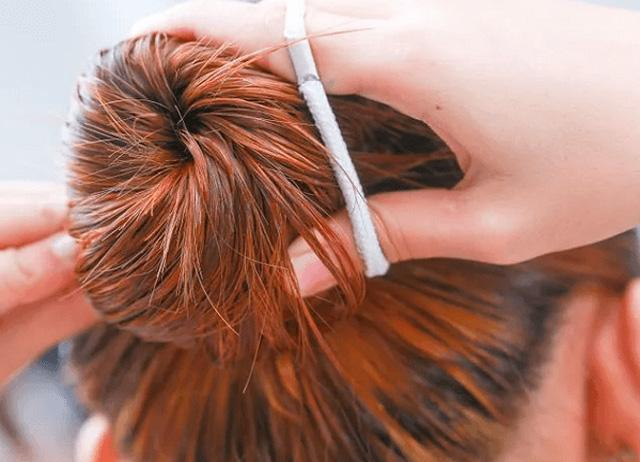 Cột tóc bằng dây chun cũng là cách để tóc vào nếp xoăn tự nhiên