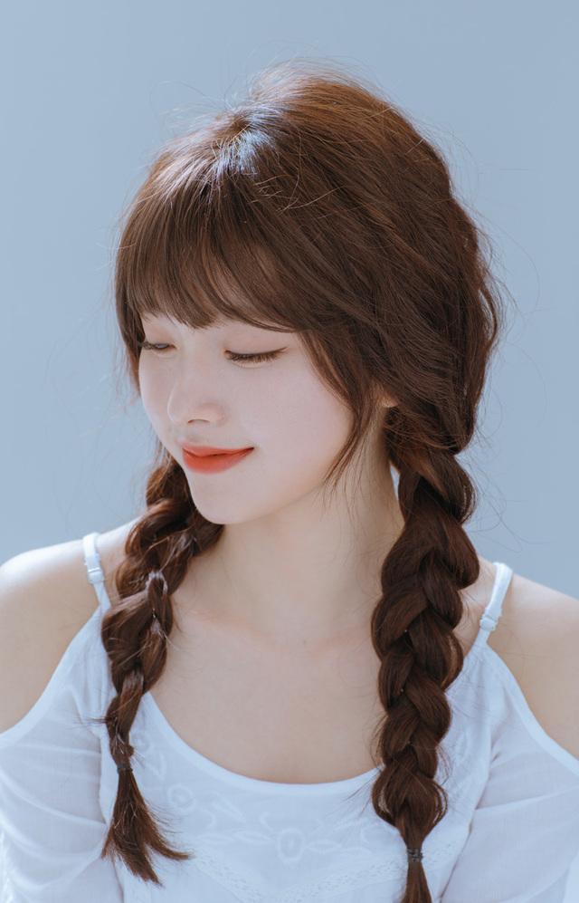 Hãy tết tóc khi tóc còn ẩm để tạo tóc xoăn nhẹ nhàng, bồng bềnh