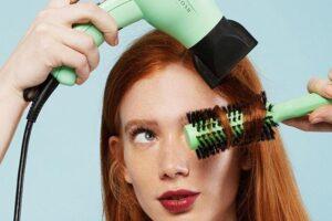 Sở hữu mái tóc xoăn ngay tại nhà chỉ với máy sấy và lược tròn tạo kiểu